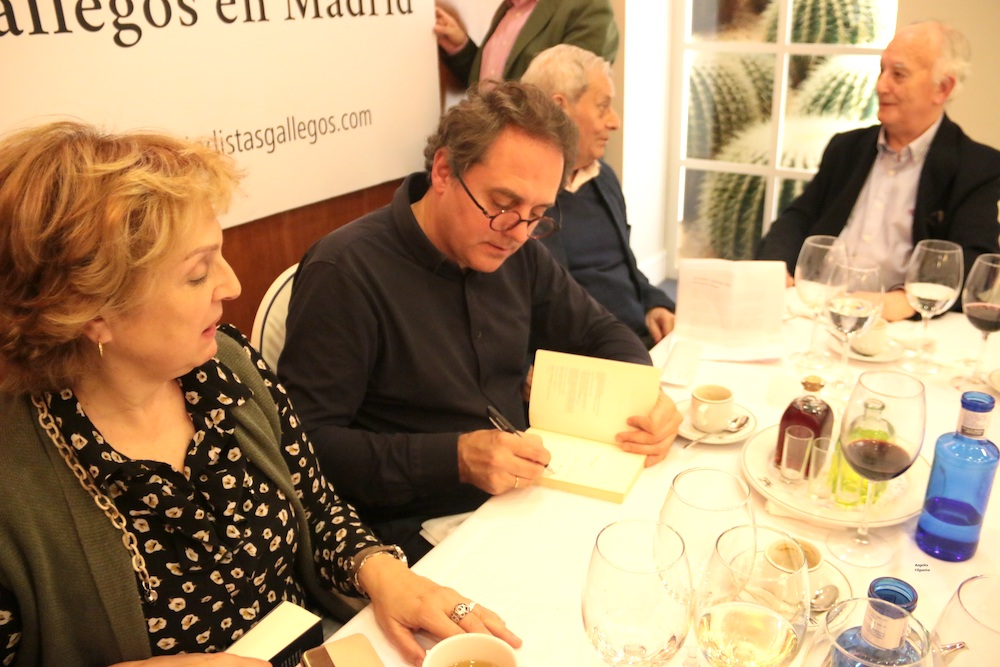Domingo Villar firma